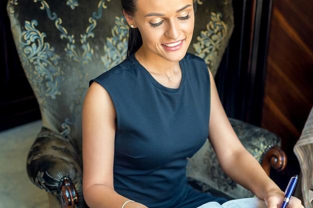 Mulher de negócios, trabalhando em casa, sentado na poltrona. fique em casa e o conceito de quarentena.