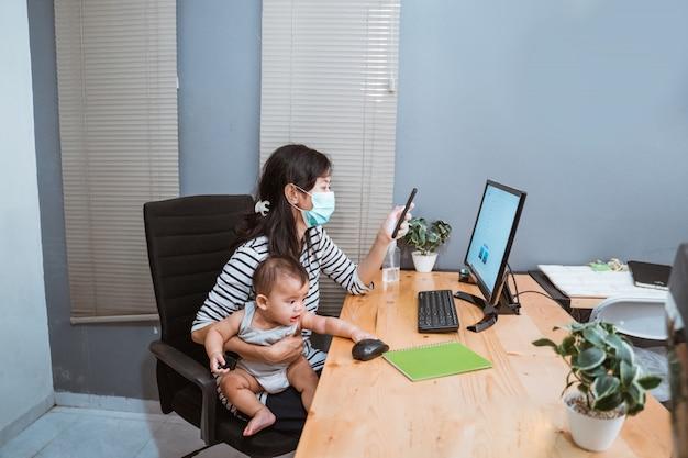 Mulher de negócios, trabalhando em casa usando máscara protetora