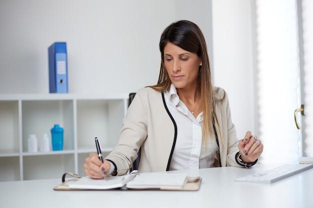 Mulher de negócios trabalhando em casa
