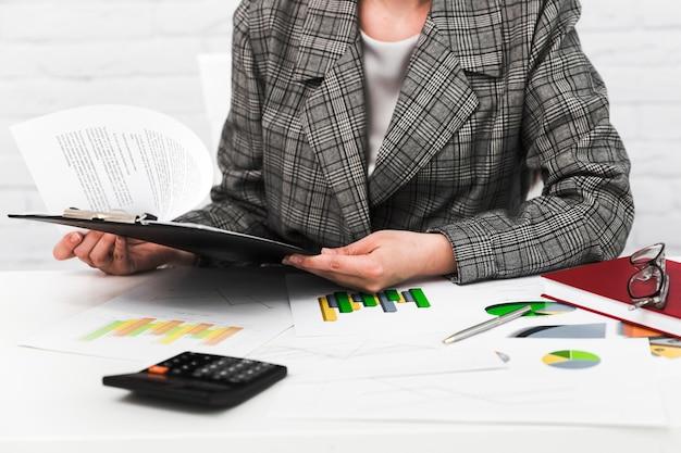 Mulher de negócios, trabalhando em um desktop de escritório