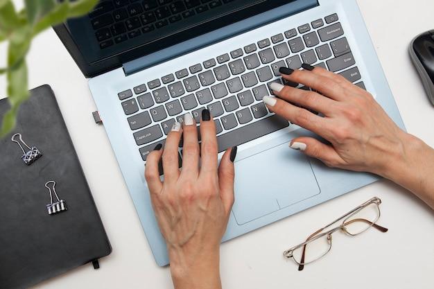 Mulher de negócios, trabalhando em um laptop