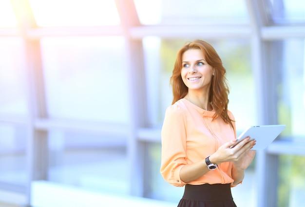 Mulher de negócios trabalhando em um tablet digital