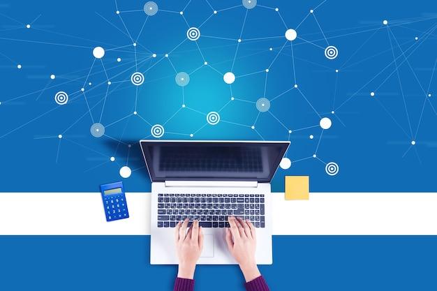 Mulher de negócios trabalhando no computador com o ícone de conexão de rede