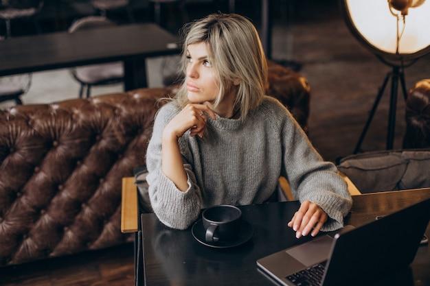 Mulher de negócios trabalhando no computador em um café