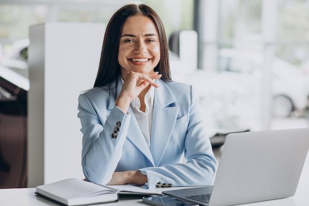 Mulher de negócios trabalhando no computador no escritório