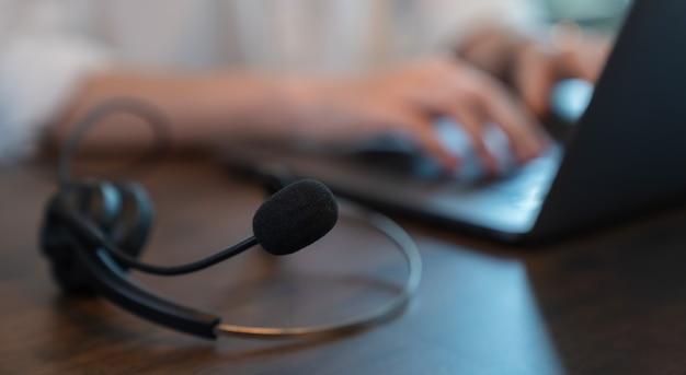Mulher de negócios trabalhando no laptop e call center e serviço de atenção ao cliente.