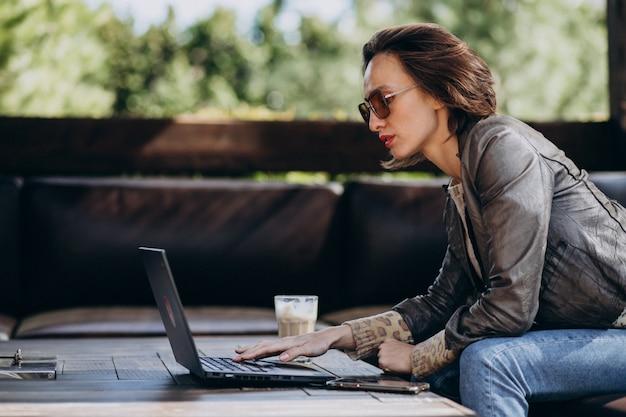 Mulher de negócios, trabalhando no laptop fora de casa