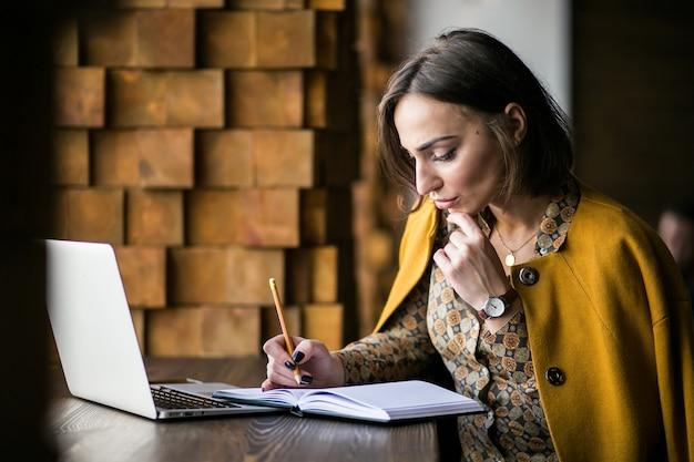 Mulher de negócios trabalhando