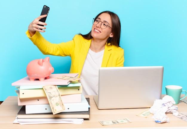 Mulher de negócios tty sentada em sua mesa trabalhando com um laptop