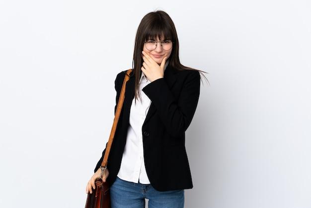 Mulher de negócios ucraniana isolada na parede branca pensando uma ideia