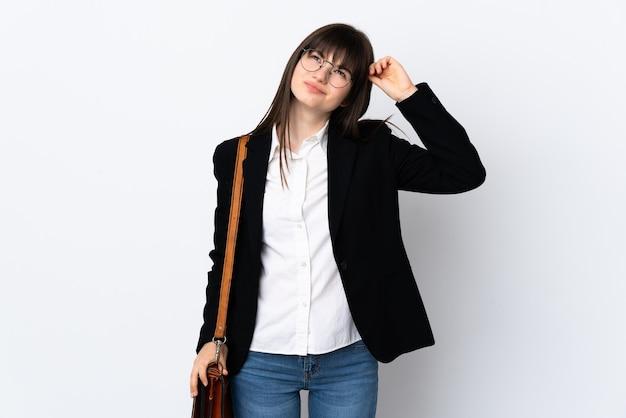 Mulher de negócios ucraniana isolada no fundo branco com dúvidas e expressão facial confusa Foto Premium