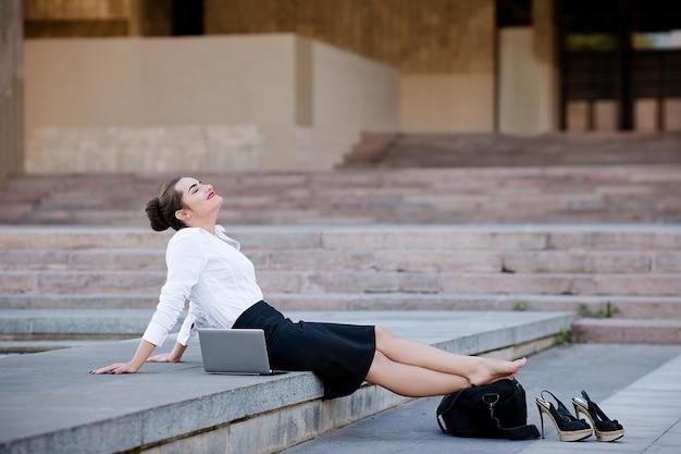 Mulher de negócios urbana com conteúdo descontraído e estilo de vida ao ar livre