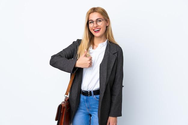 Mulher de negócios uruguaio sobre parede branca, dando um polegar para cima gesto