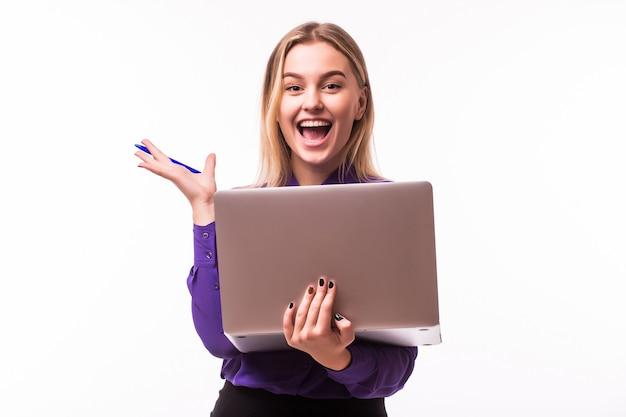 Mulher de negócios usa laptop. senhora com emoções de rosto diferentes. isolado na parede branca.