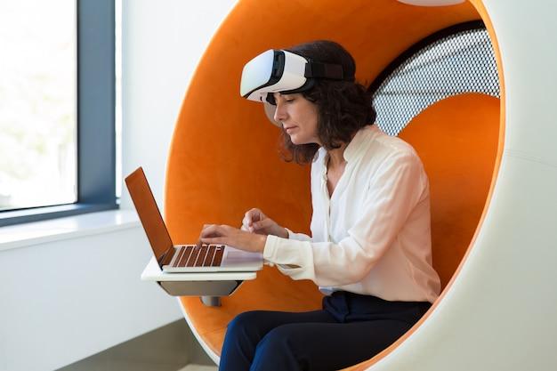 Mulher de negócios usando a tecnologia vr