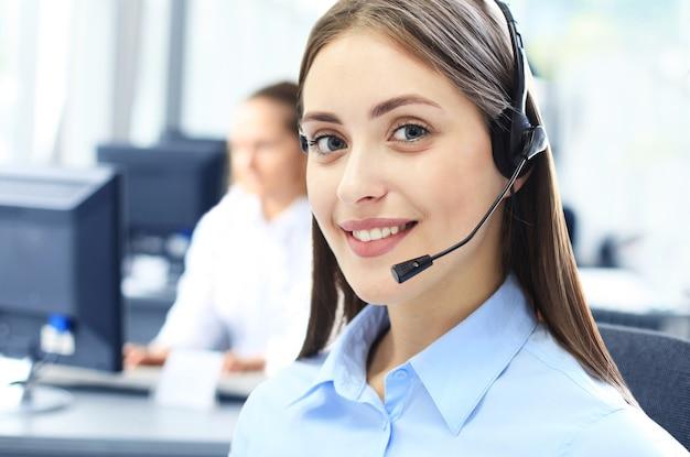 Mulher de negócios usando fone de ouvido com microfone usando o computador no escritório - operadora, central de atendimento.