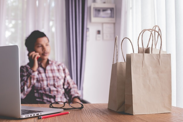 Mulher de negócios usando o telefone para fazer compras online.