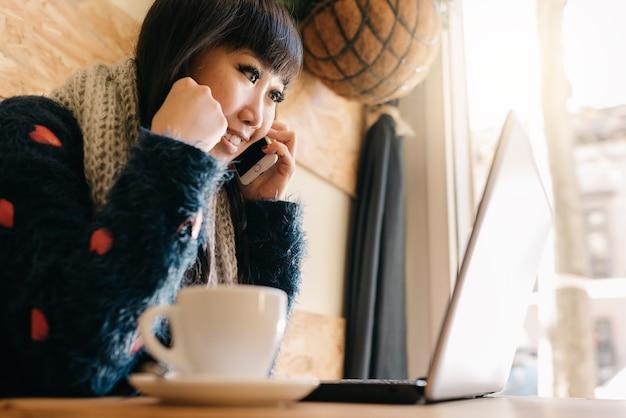 Mulher de negócios usando seu laptop na cafeteria. conceito de negócios