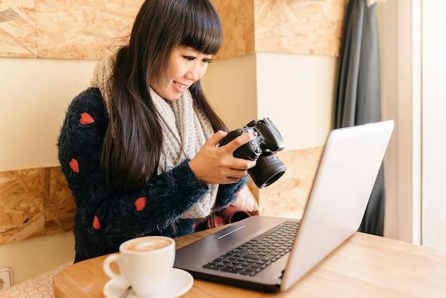 Mulher de negócios usando sua câmera na cafeteria. conceito de negócios