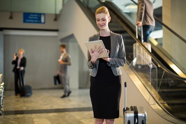 Mulher de negócios usando tablet digital