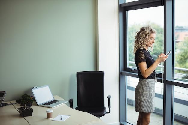 Mulher de negócios usando telefone celular