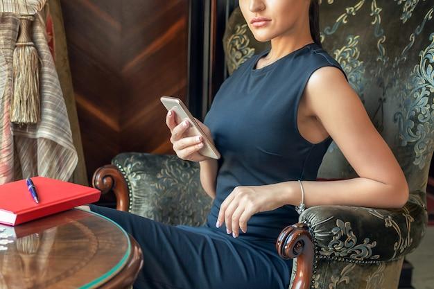 Mulher de negócios, usando telefone celular.