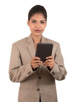 Mulher de negócios usando um celular ou smartphone isolado