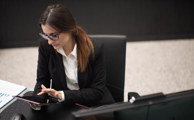 Mulher de negócios usando um tablet digital