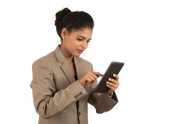 Mulher de negócios usando um telefone celular ou smartphone isolado em um fundo branco