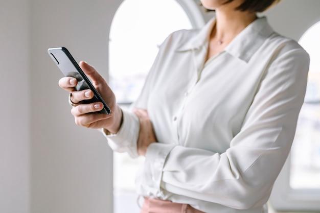 Mulher de negócios usando um telefone celular