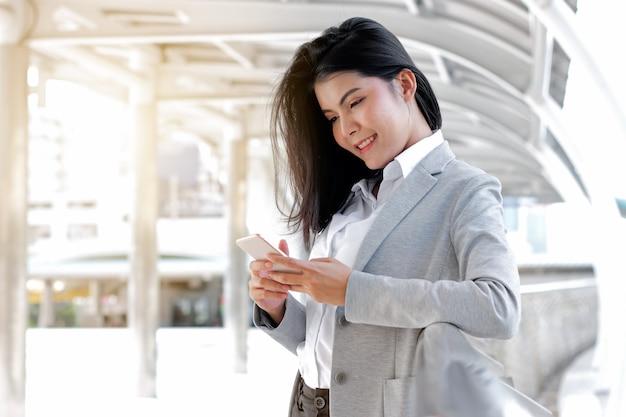 Mulher de negócios usando um telefone inteligente na cidade