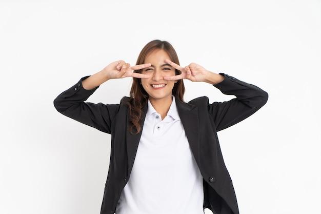 Mulher de negócios usando um terno preto com gesto fazendo as pazes com as duas mãos enquanto olha para a câmera