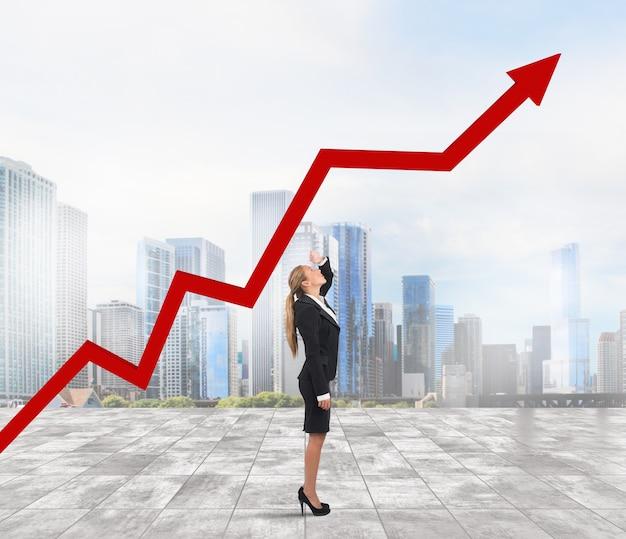 Mulher de negócios vê o gráfico de setas do aumento dos lucros