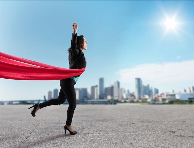 Mulher de negócios vencedora de sucesso na linha de chegada