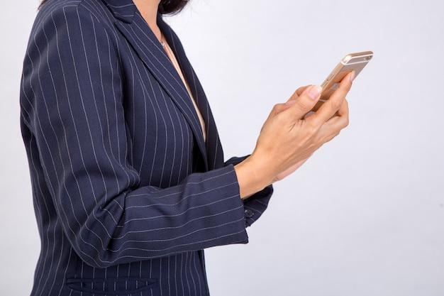 Mulher de negócios verifica seus e-mails em seu celular smartphone celular