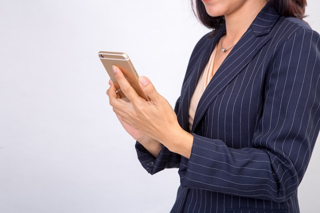 Mulher de negócios verifica seus e-mails em seu smartphone celular dispositivo móvel