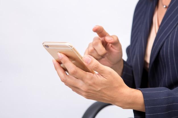 Mulher de negócios verifica seus e-mails em seu smartphone celular