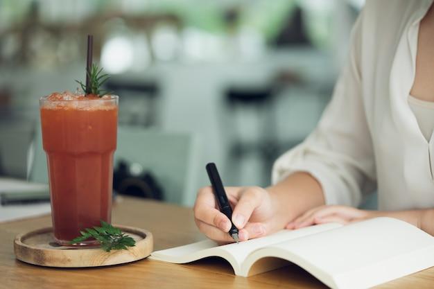 Mulher de negócios, viajante, escritor de artigos segure a caneta para escrever o texto