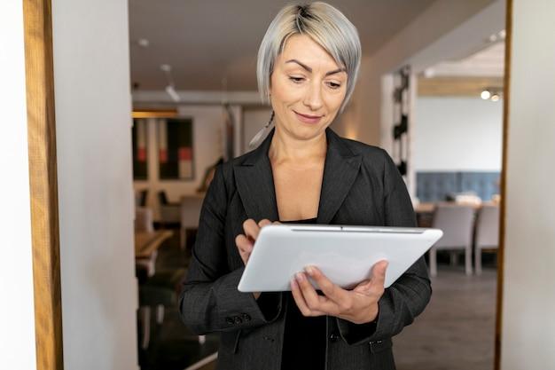 Mulher de negócios vista frontal com tablet