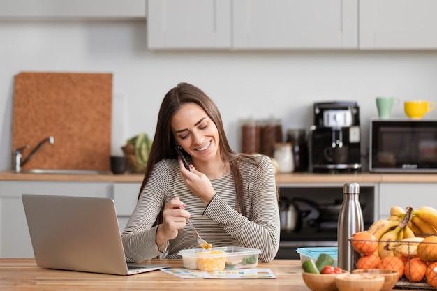 Mulher de negócios vista frontal trabalhando em casa