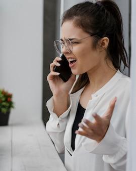 Mulher de negócios zangada a ter uma má chamada