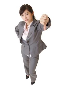 Mulher de negócios zangada fazendo um gesto com o polegar para baixo