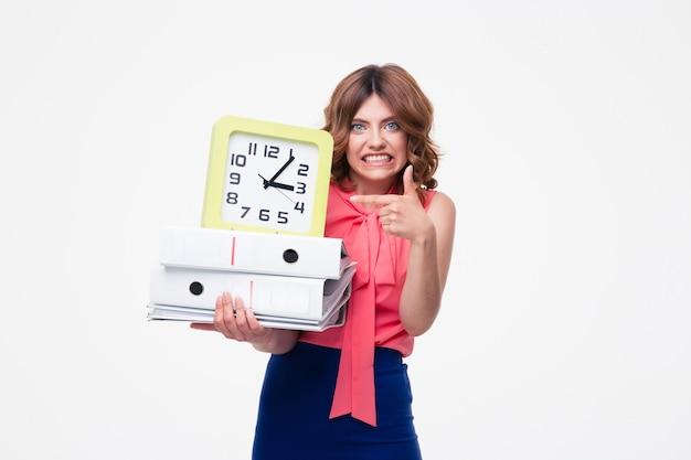 Mulher de negócios zangada segurando relógio e pastas