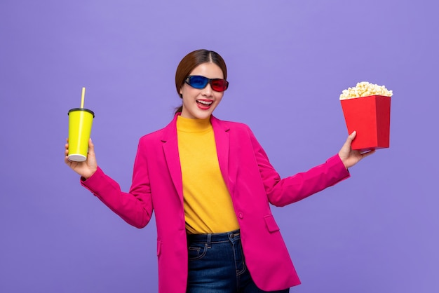Mulher de óculos 3d, assistindo filme com bebida e pipoca