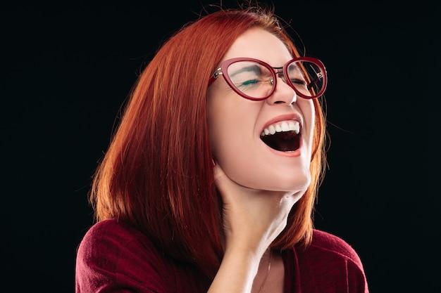 Mulher de óculos com dor de garganta