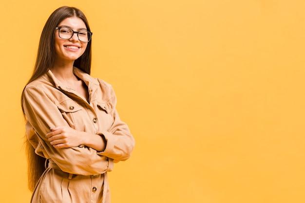 Mulher de óculos com espaço de cópia