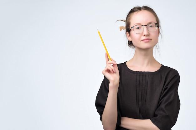 Mulher de óculos de vestido preto, dando conselhos, tendo uma boa ideia.
