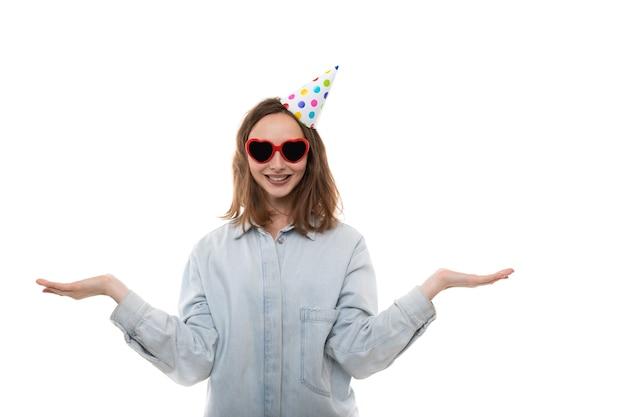 Mulher de óculos e um chapéu festivo