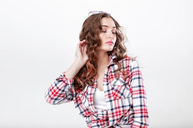 Mulher de óculos escuros e camisa xadrez