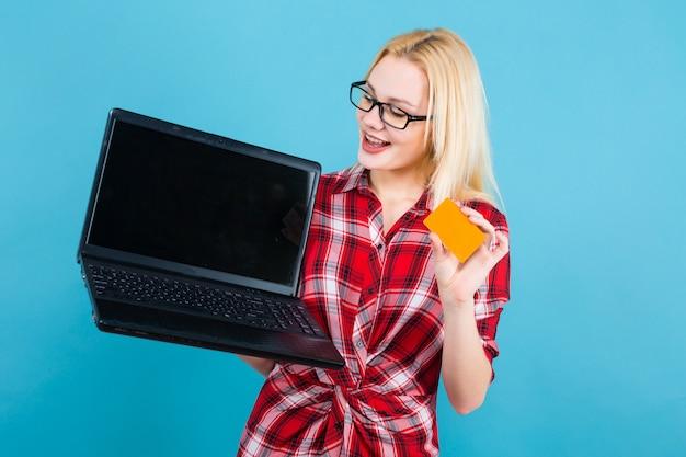 Mulher de óculos segurar laptop e businesscard